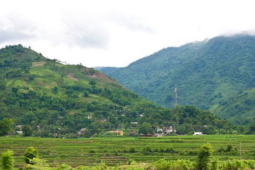 Bản làng bên sườn núi