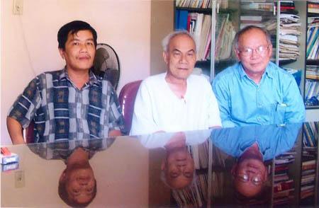 Tác giả và các văn nhân Đất Võ - nhà sử học Tạ Chí Đại Trường, nhà văn Nguyễn Mộng Giác.