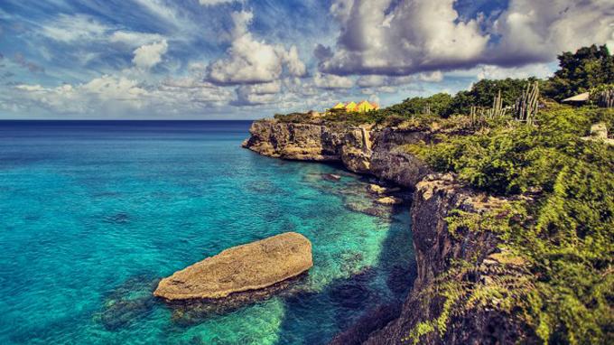 Đảo Curacao nằm ở phía nam biển Caribê
