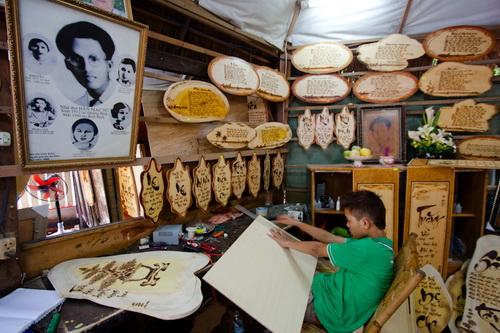 Gian hàng trưng bày thơ Hàn Mặc Tử bằng bút lửa của nghệ nhân Dzũ Kha