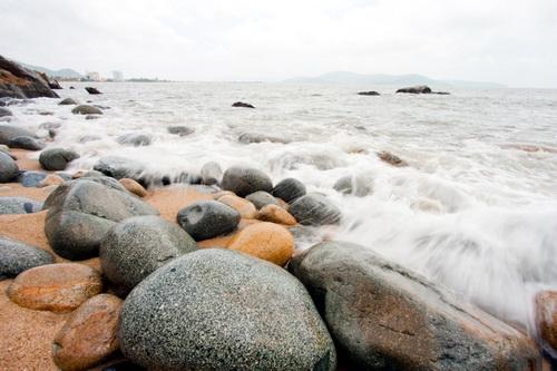 Sóng biển nô đùa trên bãi Đá Trứng