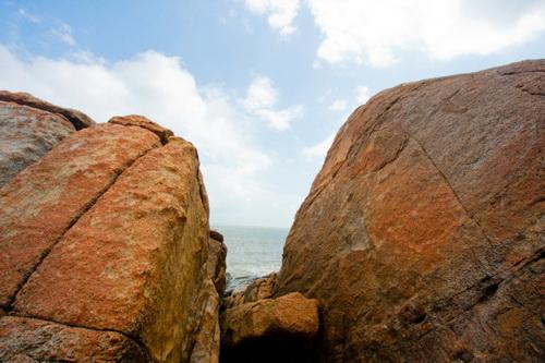 Khối đá núi có hình thù kỳ dị tại bãi tắm Hoàng Hậu