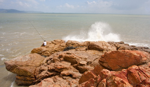 Câu cá ngày biển động tại bãi tắm Tiên SaCâu cá ngày biển động tại bãi tắm Tiên Sa