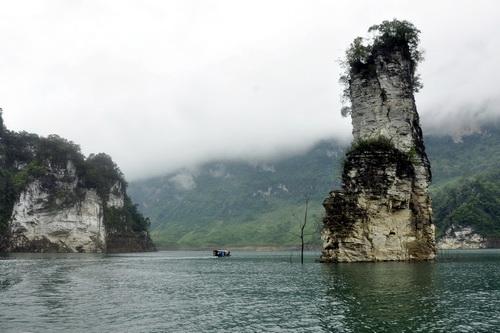 Cọc cột trâu, cột đá cao gần 100m tính từ đáy sông