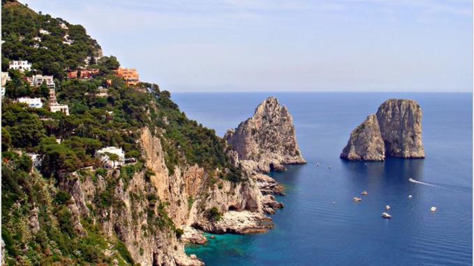 Làn nước trong xanh của biển Capri khiến ai cũng muốn được một lần bơi lội trên đó