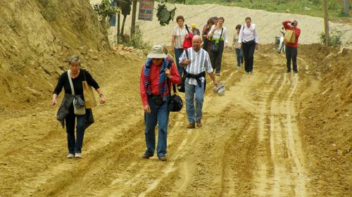 Đường lầy sình không cản bước chân hăm hở của mấy đoàn khách Tây đi chợ phiên Cốc Ly