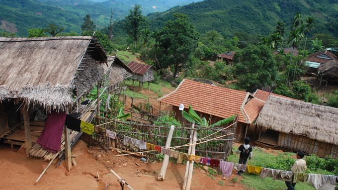 Ngôi làng người Ca Dong giữa lưng chừng núi
