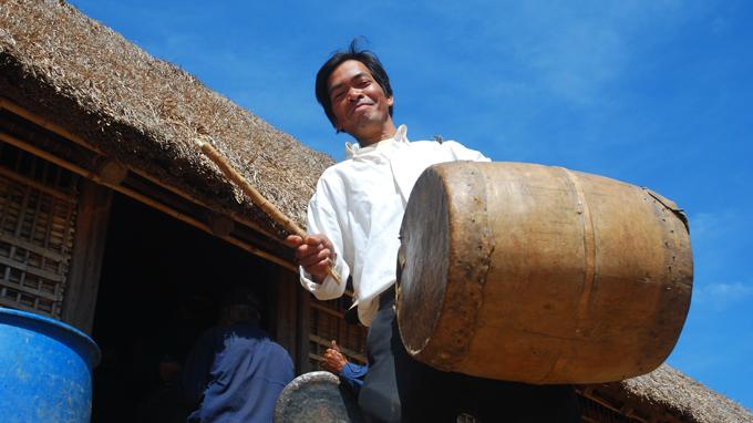 Người đàn ông Ba Na này ở làng Kon Mãh (Chư Pảh, Gia Lai) đón khách bằng màn đánh trống đặc trưng