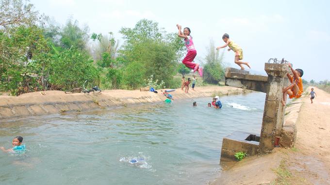 Trên dòng kênh dẫn nước từ hồ Ayun Hạ (Phú Thiện, Gia Lai)