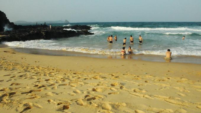 Bãi cát vàng óng đẹp hoang sơ nơi Bãi Xép khiến du khách tưởng như lạc vào chốn địa đàng