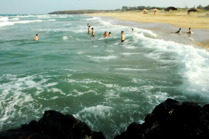 Biển xanh cát vàng trải dài của Bãi Xép cuốn hút du khách hòa mình vào muôn con sóng bạc đầu