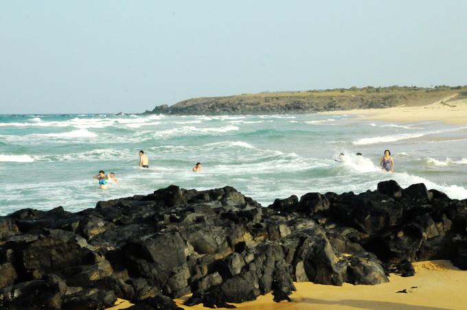 Bãi Xép được bọc giữa hai bãi đá đen tạo nên bãi biến sóng êm lý tưởng cho du khách thỏa sức tắm biển