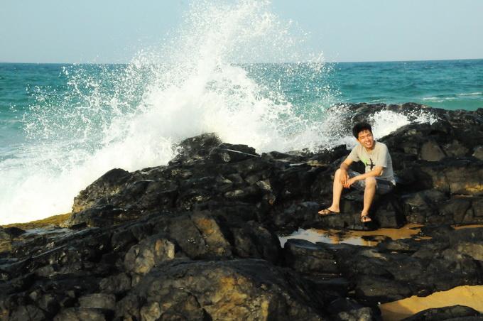 Du khách rất mê ghi hình bên bãi đá đen của Bãi Xép với những cột nước biển tung trắng trời