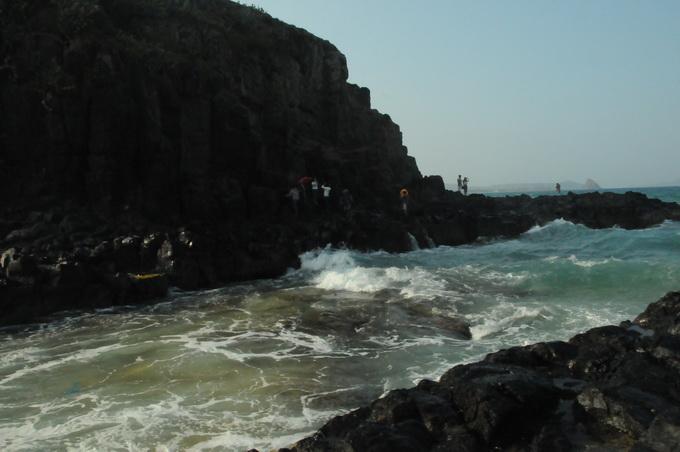 Bãi đá đen vươn dài ra biển Bãi Xép, nơi ghi hình lý tưởng cho nhiều tay máy mê săn ảnh đẹp