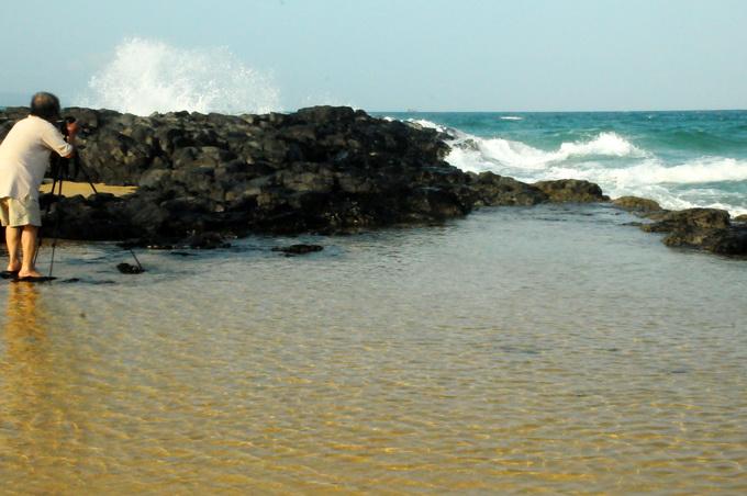 Một nghệ sĩ nhiếp ảnh ghi hình biển Bãi Xép với những cột sóng tung cao