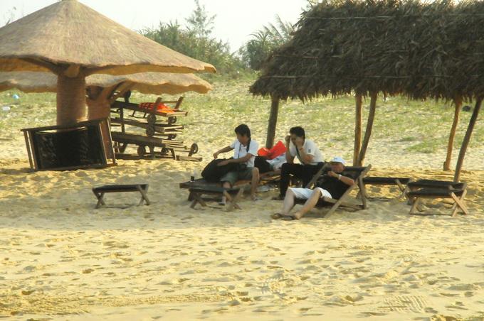 Những cây dù rơm mềm mại mọc trên bãi cát vàng của Bãi Xép, nơi dành cho khách phơi nắng, ngắm biển, đọc sách