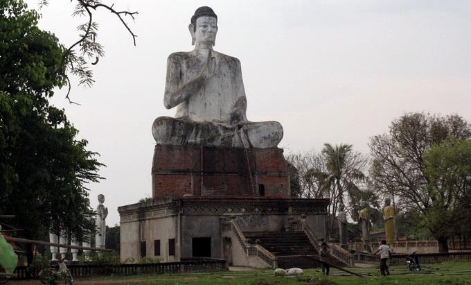 Tương Phật khổng lồ tại Wat Ek Phnom.