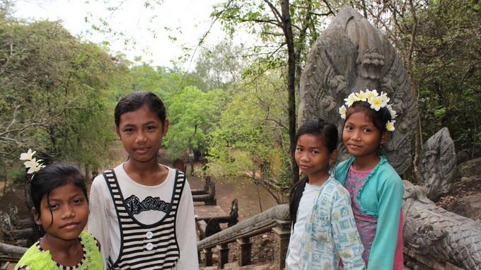 Những bé gái sống gần đền Phnom Banan cách thành phố khoảng 20km