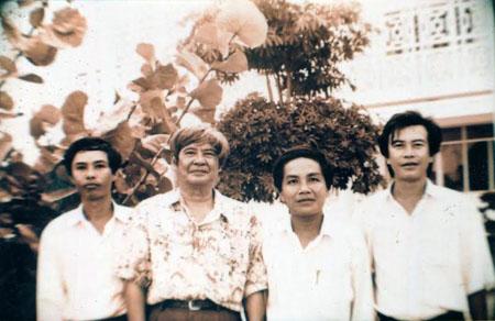 Nhà văn Nguyễn Đình Thi (thứ hai, trái qua) thăm Xứ Nẫu hồi cuối thế kỷ XX.