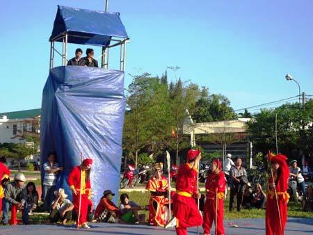 Hội đánh cờ người ở Bình Định, mỗi nước đi là một thế võ.