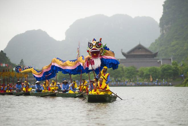 Du khách đổ về Tràng An đông nhất dịp đầu năm. Đây cũng là mùa nước cạn, thuyền bè di chuyển trên sông dễ dàng và thuận tiện hơn. Một trong những nét nổi bật của lễ hội Thánh Quý Minh Đại Vương năm nay là tiết mục múa rồng trên sông.