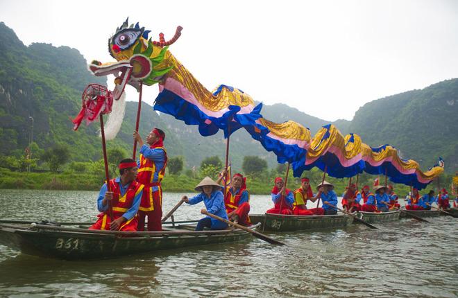 Năm chiếc thuyền được cột chặt tạo thành sân khấu trình diễn cho các nghệ sĩ. Hai thuyền rồng đi đầu, theo sau là các đội trống, kiệu, cờ....