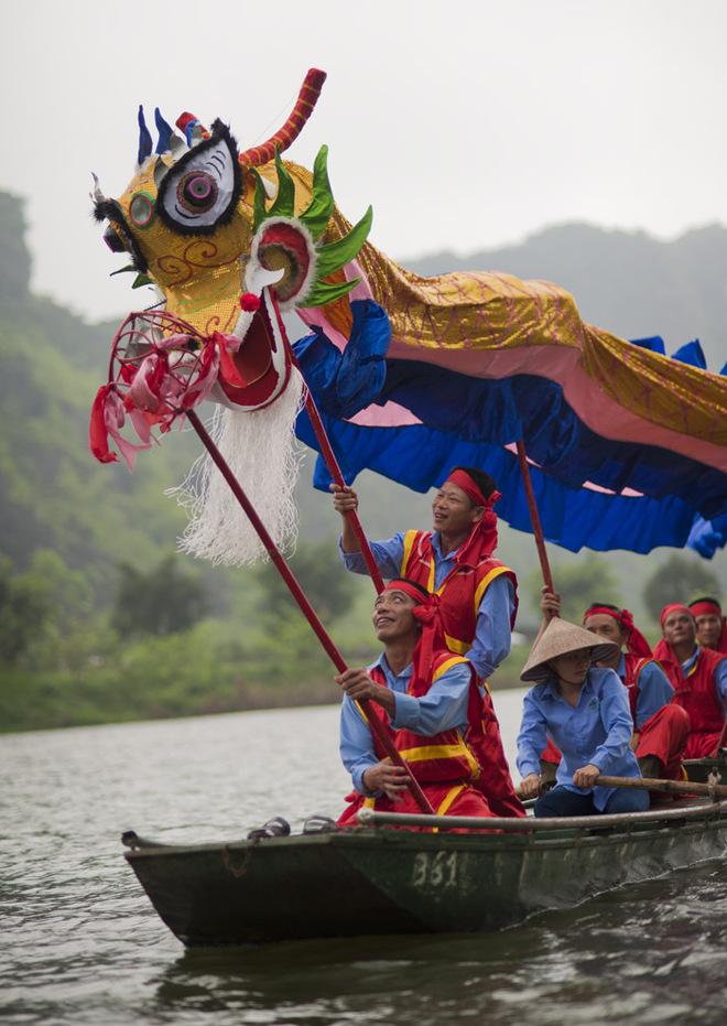 Người điều khiển đầu rồng phải rất tập trung để diễn màn múa trên sông.