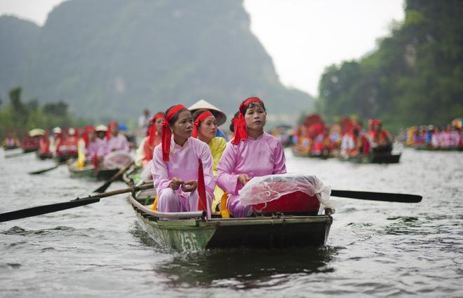 Tiếng trống và tiếng hò reo vang vộng cả vùng sông nước Sào Khê yên bình.
