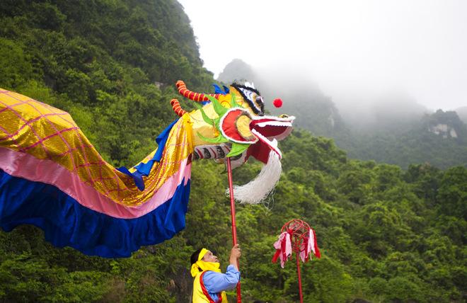 Hình ảnh hai con rồng đầy màu sắc vươn mình giữa nước non hùng vĩ để lại ấn tượng mạnh cho du khách nước ngoài.
