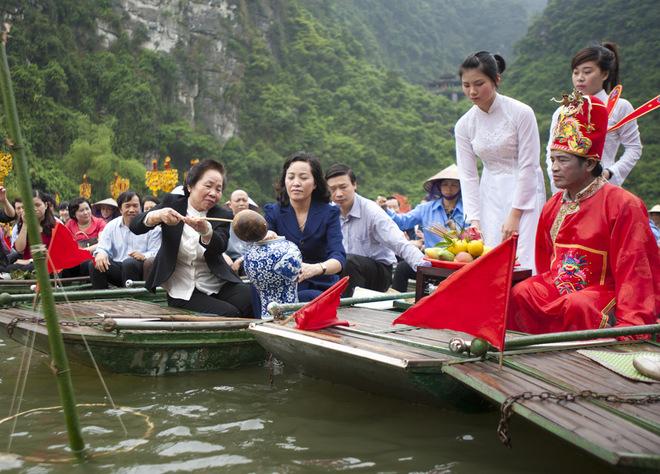 Trên hành trình rước Thánh Quý Minh Đại Vương, lễ rước nước cũng được tiến hành. Phó chủ tịch nước Nguyễn Thị Doan về dự và làm chủ lễ, cầu quốc thái dân an, mưa thuận gió hòa.
