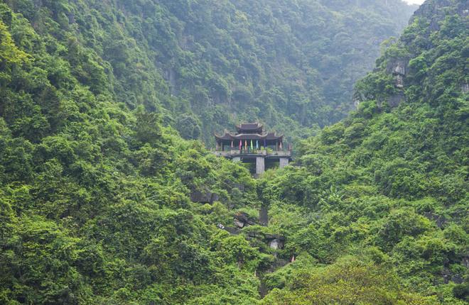 Xuyên suốt hành trình hơn một giờ đồng hồ chèo thuyền qua đoạn đường dài 6 km để tới đền Nội Lâm. Du khách có thể tham quan Phủ Đột (Đền Trình) hay cổng Tam Quan nằm giữa núi xanh hùng vĩ. Từ Cổng Tam Quan, du khách có thể di chuyển ra đền Nội Lâm bằng cách đi bộ.
