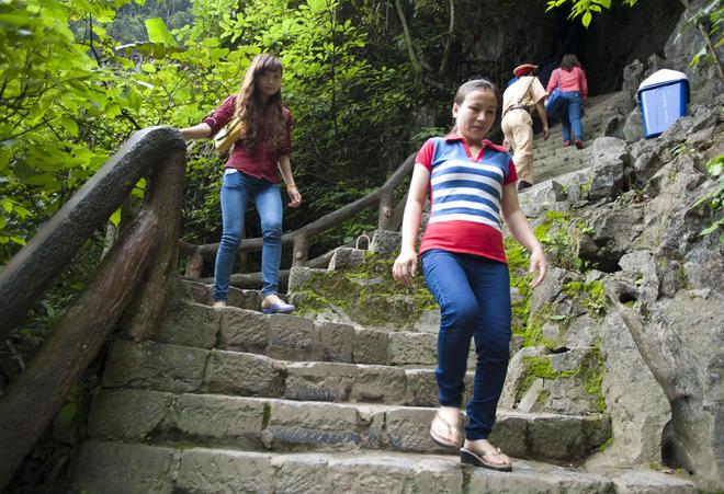 Sau khi cập bến, du khách phải chinh phục 175 bậc thang dốc để tới được đền Nội Lâm.