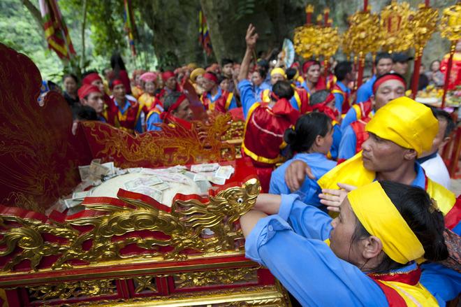 Nghi lễ rước kiệu lên đền Nội Lâm được người dân và du khách quan tâm, tập trung theo dõi. UNESCO đang xem xét việc công nhận khu du lịch sinh thái Tràng An là di sản, nếu được thông qua đây sẽ là di sản văn hóa và thiên nhiên đầu tiên ở Việt Nam.
