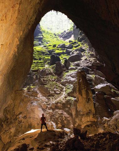 Đoạn đường xuống hang này dài cả trăm mét