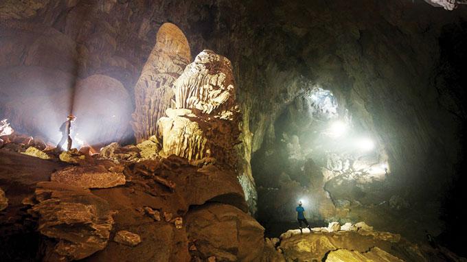 Sơn Đoòng có rất nhiều ngách hang, mỗi ngách hang luôn rộng và cao hàng chục mét, trong đó nhiều khối nhũ đá vẫn đang lớn và cao dần lên mỗi ngày