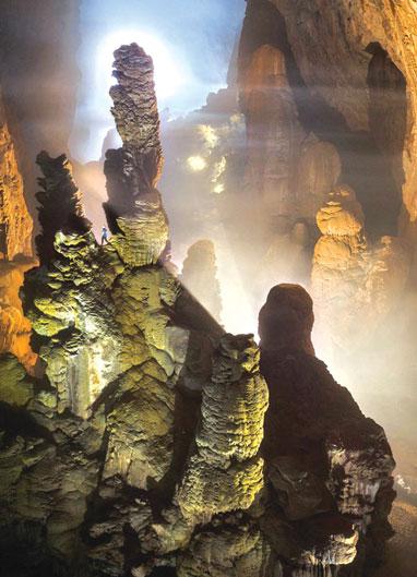 Những khối thạch nhũ cao hàng chục mét, rất kỳ ảo trong hang Sơn Đoòng