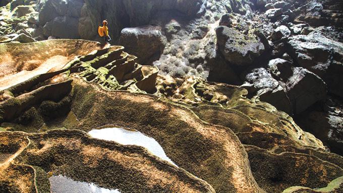 Khi những khối núi đá vôi Kẻ Bàng đang hình thành hang động, dòng nước đã tạo nên những hồ bậc thang trong hang Sơn Đoòng