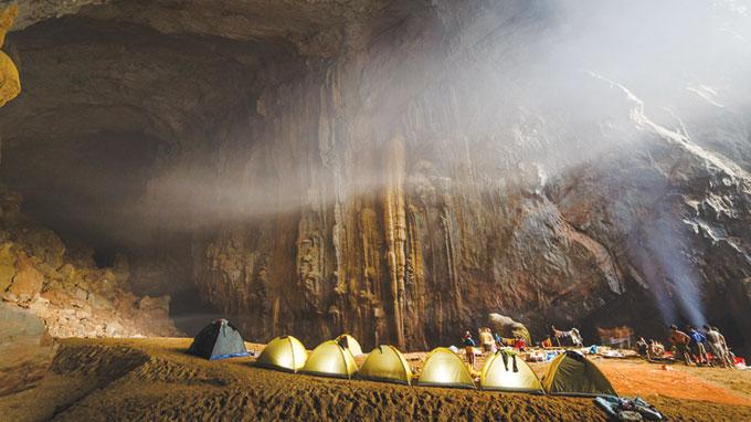Lòng sông cạn rộng lớn trong hang là khu vực an toàn để cắm trại nghỉ đêm - Ảnh: Ryan Deboodt