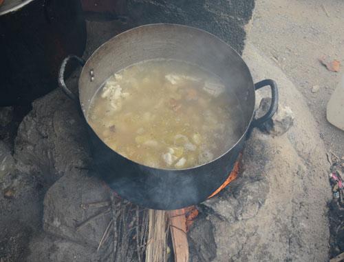 Nồi thắng cố lục bục sôi trên bếp trong các phiên chợ ở Hà Giang.