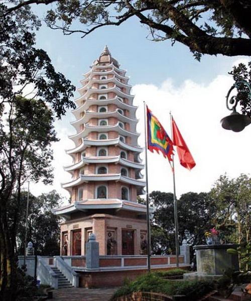 Tháp Báo Thiên trên đỉnh núi Vua