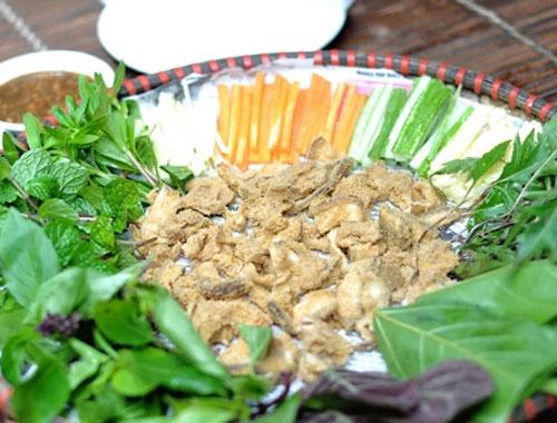 Thịt chua ăn kèm với các loại rau thơm.