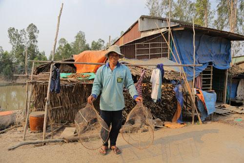 Đặt lờ đánh cá là công việc chính của anh Giúp vào mùa nước nổi, giúp anh có thêm thu nhập nuôi gia đình. Một ngày của anh Giúp bắt đầu từ 8 giờ sáng hôm nay và kết thúc vào 4 giờ sáng hôm sau.