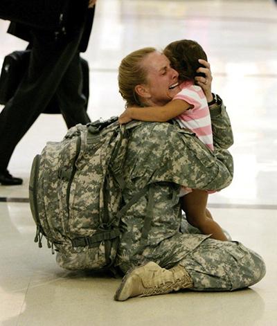 Terri Gurrola được đoàn tụ với con gái sau khi phục vụ tại Iraq trong thời gian 7 tháng