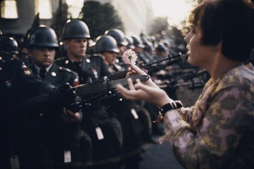 """""""Cô bé cầm hoa"""" (Flower Child), bức ảnh được chụp bởi Marc Riboud, ghi lại khoảnh khắc cô gái trẻ Jan Rose Kasmir đang gài một bông hoa trên lưỡi lê của lính gác tại Lầu Năm Góc trong một cuộc biểu tình chống chiến tranh Việt Nam vào ngày 21/10/1967. Đây được coi là một trong những bức ảnh phản chiến ấn tượng nhất."""
