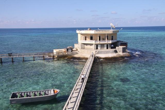 Nó được xây dựng trên bãi san hô khá rộng, bao gồm ba khu và được nối với nhau bằng hệ thống cầu - bê tông.