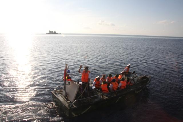 Đảo chìm Cô Lin nhìn từ tàu HQ
