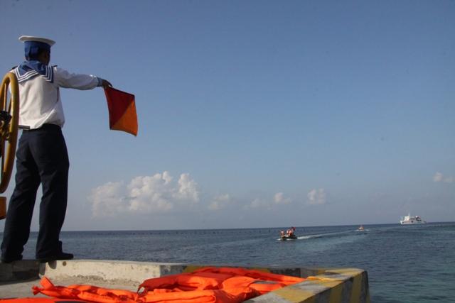 Chiến sỹ làm nhiệm vụ dẫn luồng trên đảo Sơn Ca