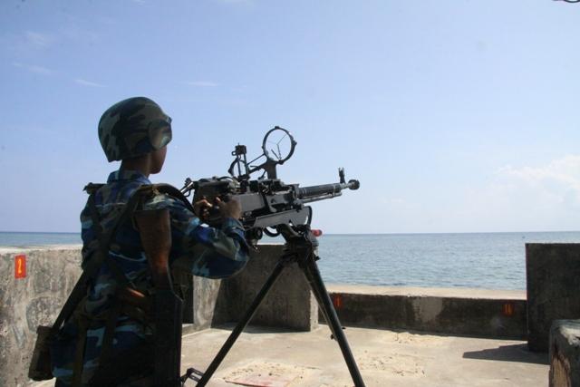 Chiến sỹ trực gác trên đảo Sinh Tồn