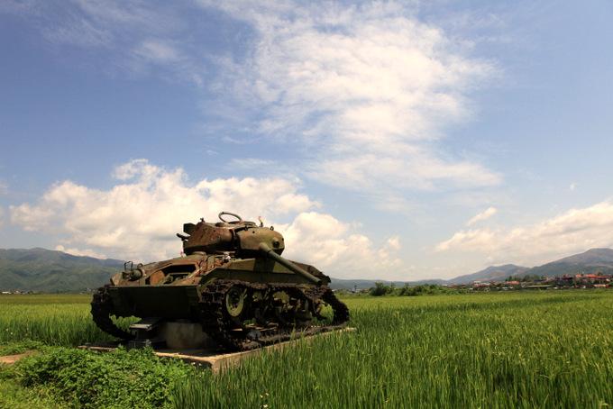 Xác xe tăng Chaffee 24 trên cánh đồng Mường Thanh