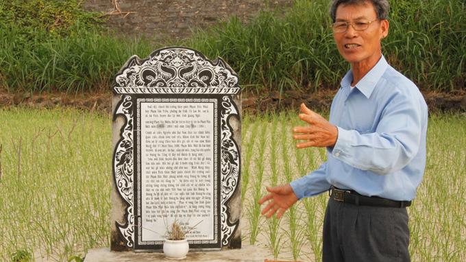 Ông Phạm Thoại Tuyền bên nấm mộ tiền nhân Phạm Hữu Nhật từng đi khẳng định chủ quyền ở Hoàng Sa - Ảnh: Quốc Việt